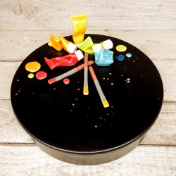 Pezzo unico: Contenitore nero + coperchio decorato con pennelli e tubetti di colore