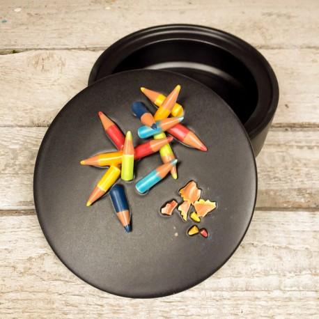 Pezzo unico: Contenitore nero + coperchio decorato con matite colorate