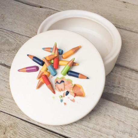 Pezzo unico: Contenitore bianco + coperchio decorato con matite colorate